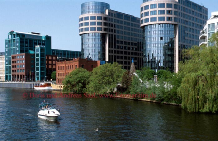 Yacht mieten und an der Spree das Innenministerium Berlin besuchen