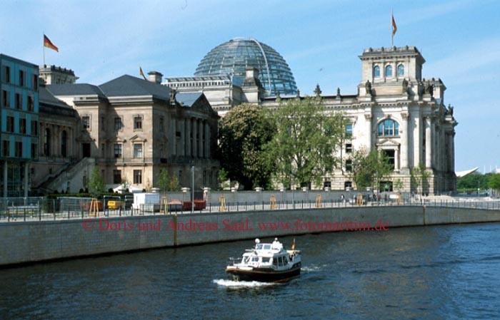 Ein Chartertörn über die Spree führt auch am Berliner Reichstag vorbei